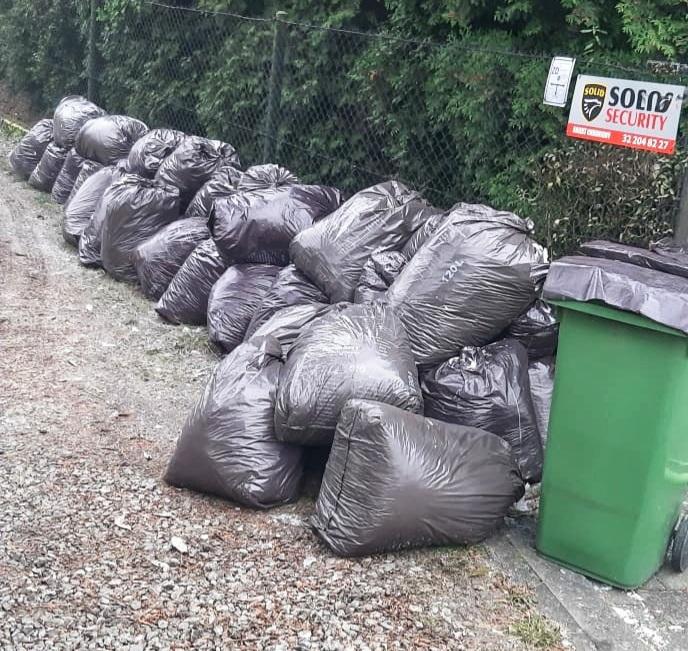Na zdjęciu: worki z odpadami przy jednej z posesji
